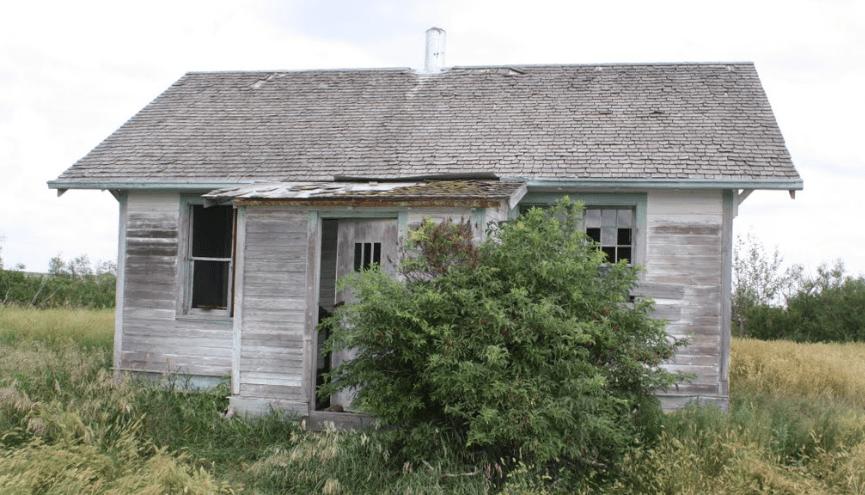 Один из тысячи таких заброшенных одиноких домиков...